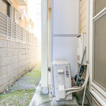 窓の外には共用庭があります。洗濯物はこちらで。