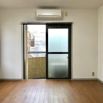 濃い床と白い壁のコントラスト