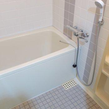 ところどころのグレーのタイルがかわいい浴室。