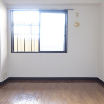 こちらは玄関側の洋室です。