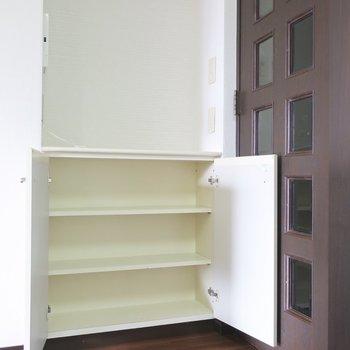 食器棚としても使えそうなキャビネット発見!上には家族の写真を飾りたい♡
