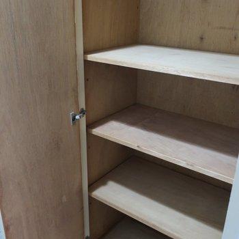 廊下収納その① 生活用品のストックもきっちり片付きます。