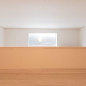 向かいに小窓が。光が入ります
