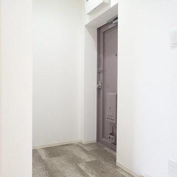 玄関は汚れが目立ちにくいタイルを使用。