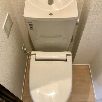 キッチン横にトイレがあります。