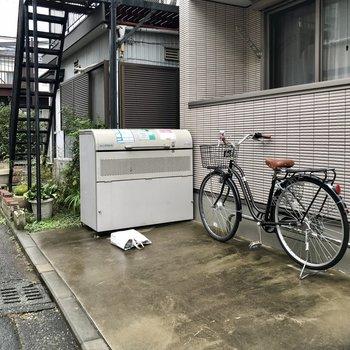 ゴミ捨て場は道路横に。