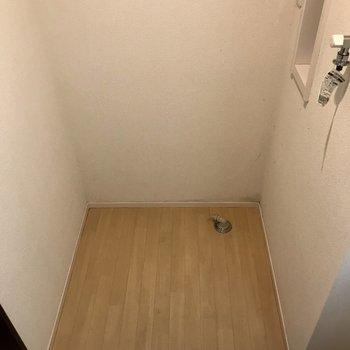 独立洗面台の左側に洗濯機を置けますよ。