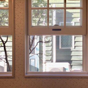 小窓のおかげで景色が可愛らしく感じます。※写真は1階の同間取り別部屋のものです