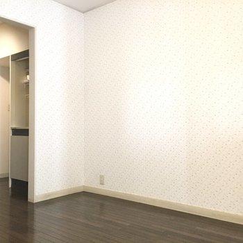 お部屋の隅に冷蔵庫置場があります。キッチンとの間はお好きな布で突っ張り棒カーテンを◎※写真は1階の同間取り別部屋のものです