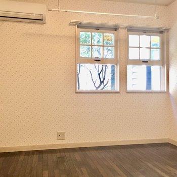 窓辺には物干しコーナーがあります。こまめに洗濯を。※写真は1階の同間取り別部屋のものです