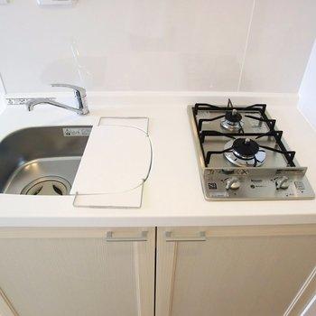 キッチンは2口コンロ!作業スペースも有りますね。※写真は4階の同間取り別部屋のものです。