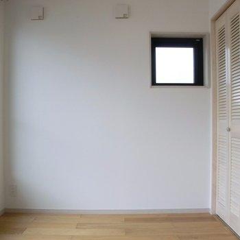 2面採光◎◎高め位置の小窓がイイ!※写真は4階の同間取り別部屋のものです。