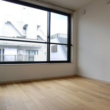 大きな窓が嬉しい。※写真は4階の同間取り別部屋のものです。
