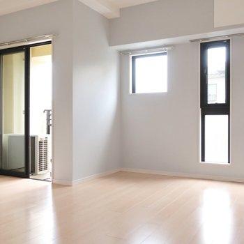 9.5帖の洋室は主寝室に。優しいペールブルーに癒やされます。