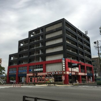 1,2階はお店がはいっております!