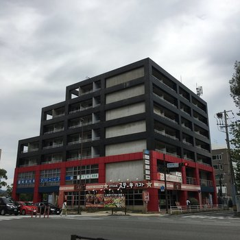 1,2階にはお店がはいっています!
