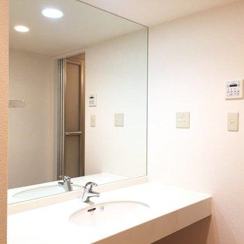 大きな洗面台※写真は1階の同間取り別部屋のものです