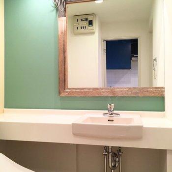大きい鏡で素敵な空間。