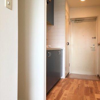 扉開けてすぐキッチン、冷蔵庫奥スペースあります!