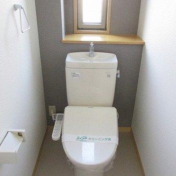 トイレはウォシュレット、窓があり明るいです♪※写真は同じ間取り別部屋