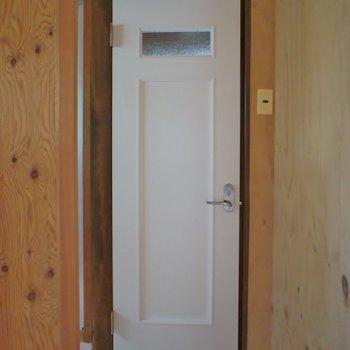 可愛らしく仕上げたトイレの扉