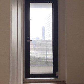 こちらはベランダに出られる窓。※写真は5階の同間取り別部屋のものです