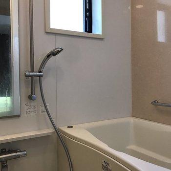 浴室にも窓が。※写真は5階の同間取り別部屋のものです