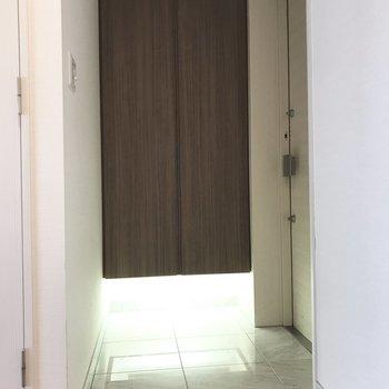 この照明がシックな玄関にしてくれますね◎※写真は5階の同間取り別部屋のものです