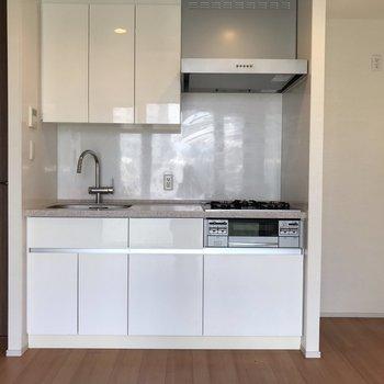 収納たっぷりのキッチン。※写真は5階の同間取り別部屋のものです