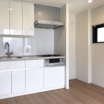 白くてお部屋にお似合いのキッチン。※写真は5階の同間取り別部屋のものです