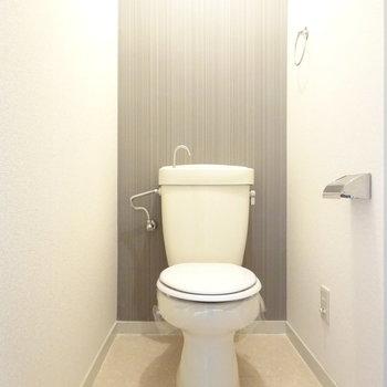 トイレにもさり気ないアクセントクロス。