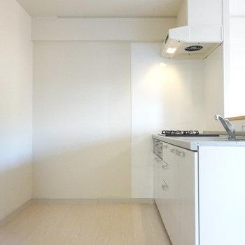 後ろには食器棚と冷蔵庫が余裕で置けます!