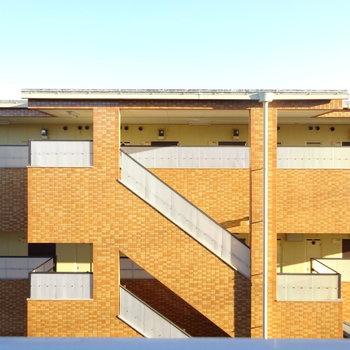 眺望は向かいのマンションの共用部。