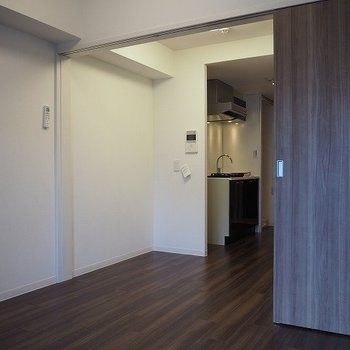 キッチン側とは仕切れます。※写真は9階の同間取り別部屋のものです。