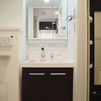 独立洗面台もゴージャス!※写真は9階の同間取り別部屋のものです。