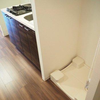 洗濯機置き場は玄関すぐ。※写真は9階の同間取り別部屋のものです。