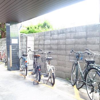 【共用部】自転車はマンションの入り口付近に並べて置きます。