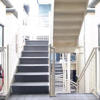 【共用部】マンションのエレベーターは5階まで。降りたらそのまま階段を登って…
