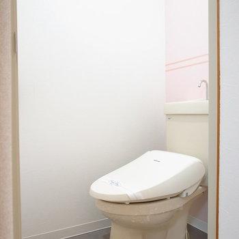 トイレはウォシュレットつきです。そしてここにもピンクのチェック柄があります〜。