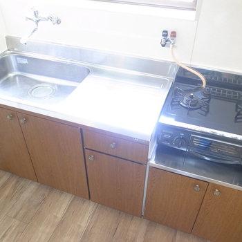 キッチンは2口ガスコンロ。作業スペースもあってシンクも大きめ!