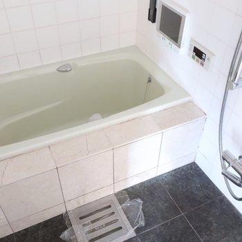 浴室にはなんとTV付き!
