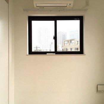 南西向きの小窓!※写真は3階の似た間取りのお部屋(別棟)です