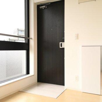玄関はフラット※写真は3階の似た間取りのお部屋(別棟)です