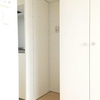冷蔵庫の幅は57cmです※写真は3階の似た間取りのお部屋(別棟)です