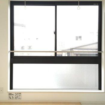 差し込む光、大きな窓※写真は3階の似た間取りのお部屋(別棟)です