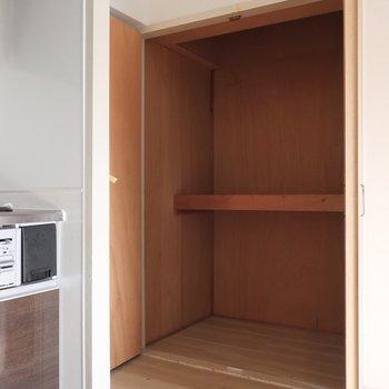 キッチン横の収納は生活用品のストックなどをしまうのにピッタリ(※写真は清掃前のものです)