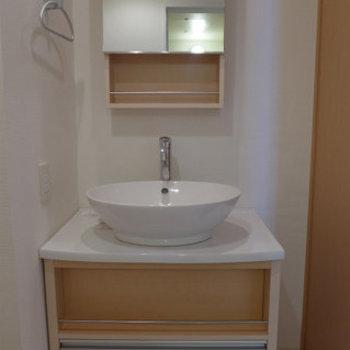 綺麗なピカピカ洗面台は身だしなみも整いますね!※写真は12階の反転間取り角部屋のものです