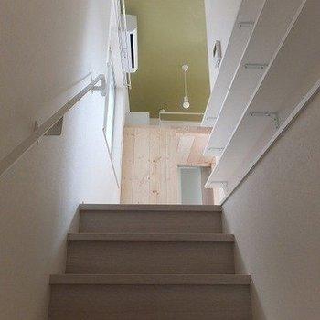 階段横に棚があって本とか飾れそう。※写真は前回募集時のものです