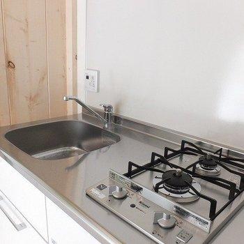 キッチンは2口ガスコンロ。※写真は前回募集時のものです
