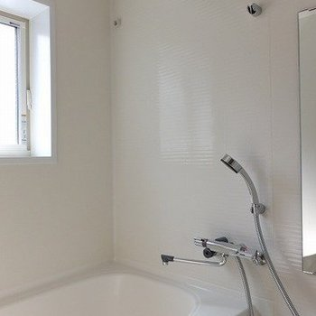 窓もあってゆったりサイズのお風呂です。※写真は前回募集時のものです